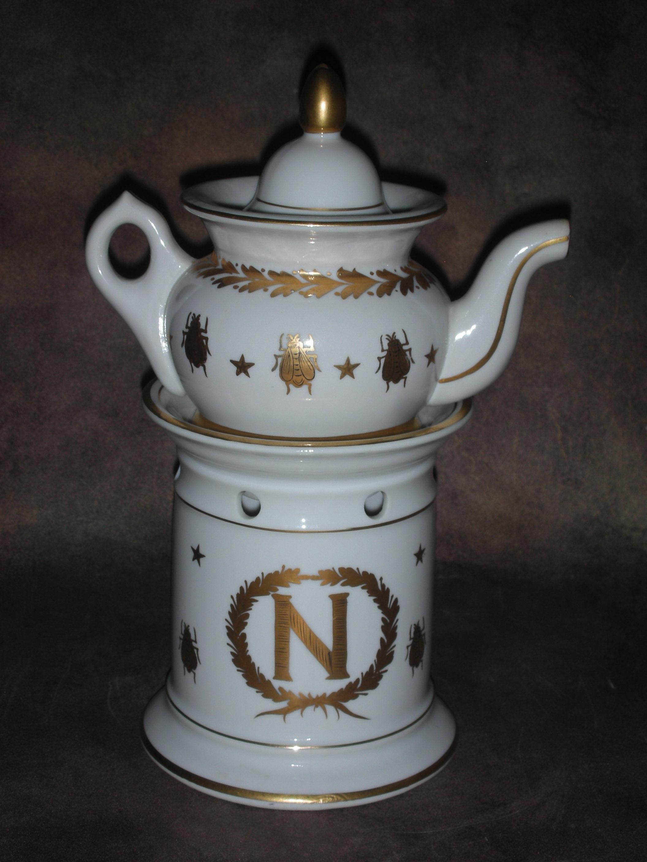 «Чайник заварной с изображением пчелы — символа Наполеоновской империи»