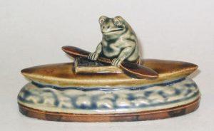 ФОТО 2. Модель Дж. Тинворта «Лягушка-байдарочница», 10 см, керамика