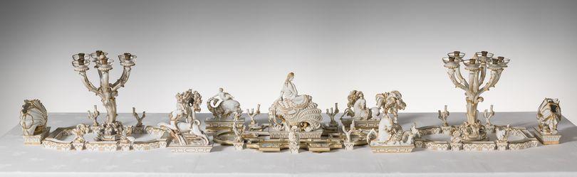 ФОТО 4. Т.н. сюрту дю табль  - центральная часть парадного сервиза, белый фарфор, роспись золотом, высота до 36 см, длина 145 см_ Richard-Ginori, 192